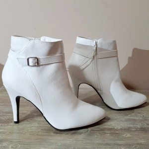 NWOB Me Too White Ankle Boots Sz 11